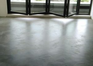 grijze betonlook vloer
